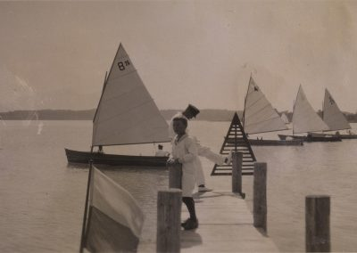Eine Aufnahme aus der Urzeit der Chiemseeplätte: Auf dem Foto sind noch Boote der B-Klasse - teilweise mit Seitenschwert zu sehen.
