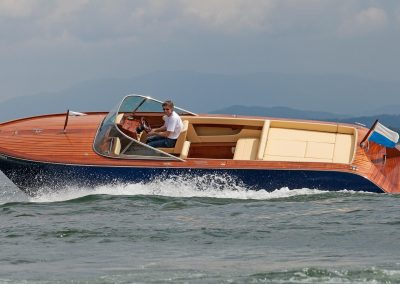Elektromotorboot 820 Sprint - Version mit Mahagonideck und farbigem Rumpf