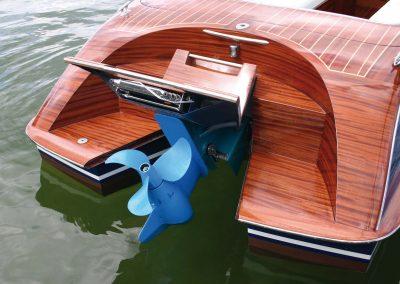 Elektro-Motorboot 600 mit angehobenem Motor