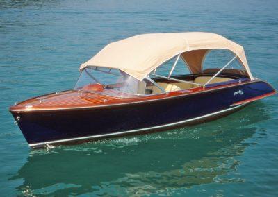 Elektro-Motorboot 560 Classic mit Mahagonideck und offenen Sonnendach
