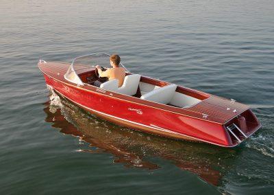 Elektro-Motorboot 560 Classic mit Mahagonideck und farbig lackiertem Rumpf