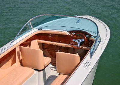 Elektro-Motorboot 600 Sprint mit Kunststoffdeck, Blick ins Cockpit