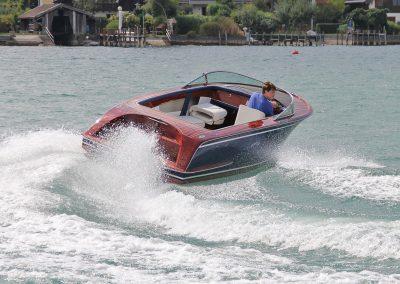 Elektro-Motorboot 600 Sprint mit Mahagonideck und farbigem Rumpf