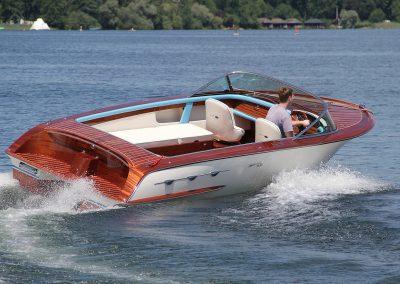 Elektro-Motorboot 670 Sprint mit Mahagonideck und farbigem Rumpf