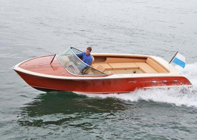 Elektro-Motorboot 670 Sprint mit Teil-Mahagonideck und farbigem Rumpf
